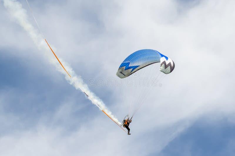 SHOREHAM-BY-SEA VÄSTRA SUSSEX/UK - AUGUSTI 30: Driven hängningglidljud royaltyfri fotografi