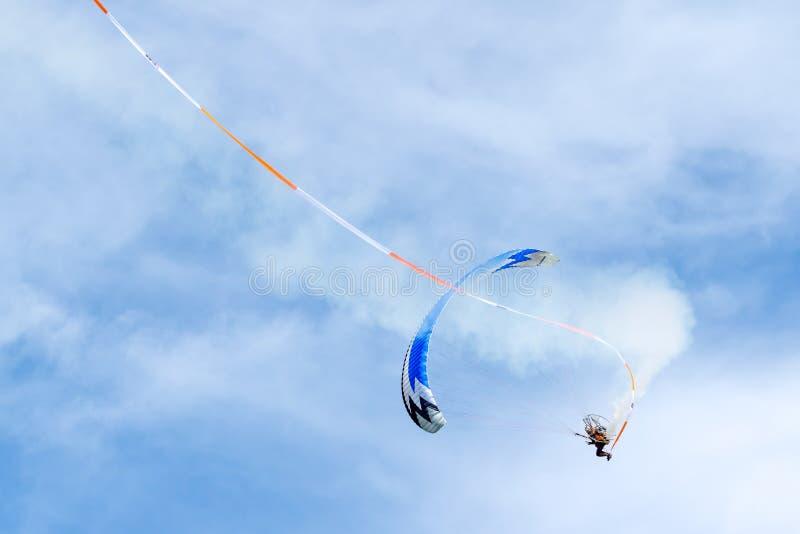 SHOREHAM-BY-SEA VÄSTRA SUSSEX/UK - AUGUSTI 30: Driven hängningglidljud arkivfoto