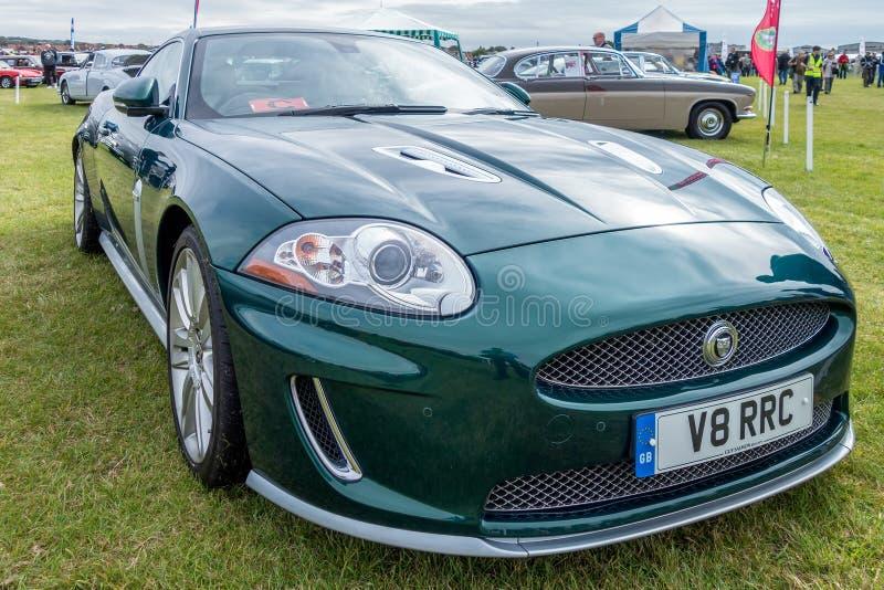SHOREHAM-BY-SEA VÄSTRA SUSSEX/UK - AUGUSTI 30: Jaguar XK kupé på royaltyfria bilder