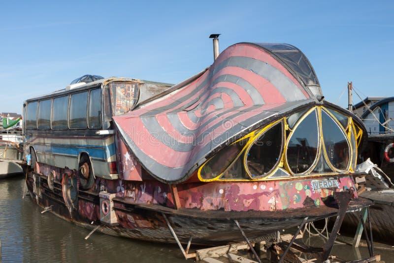 SHOREHAM-BY-SEA, ZACHODNI SUSSEX/UK - LUTY 1: Dziwna łódź przy Sho obraz royalty free