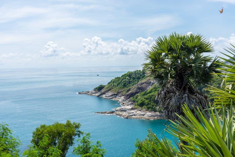 Shoreline con il mare ed il cielo luminoso al punto di vista di Laem Phromthep Phuket, Tailandia fotografia stock libera da diritti