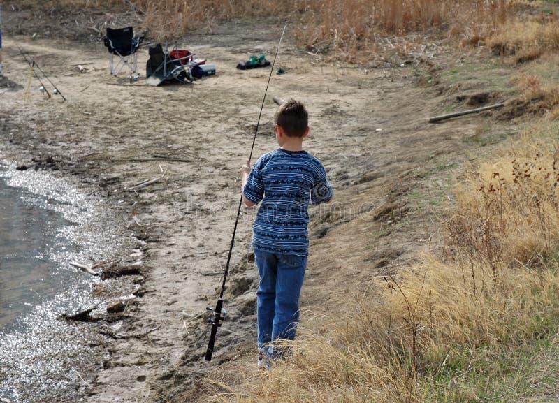shoreline för pojkefiskepol arkivfoton