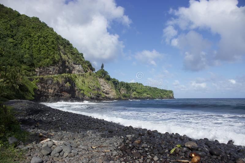 Shoreline längs den tillbaka sidan av vägen till Hana royaltyfri foto