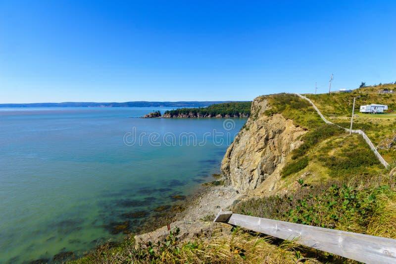 Shoreline och klippor i udde gör rasande, New Brunswick arkivbild
