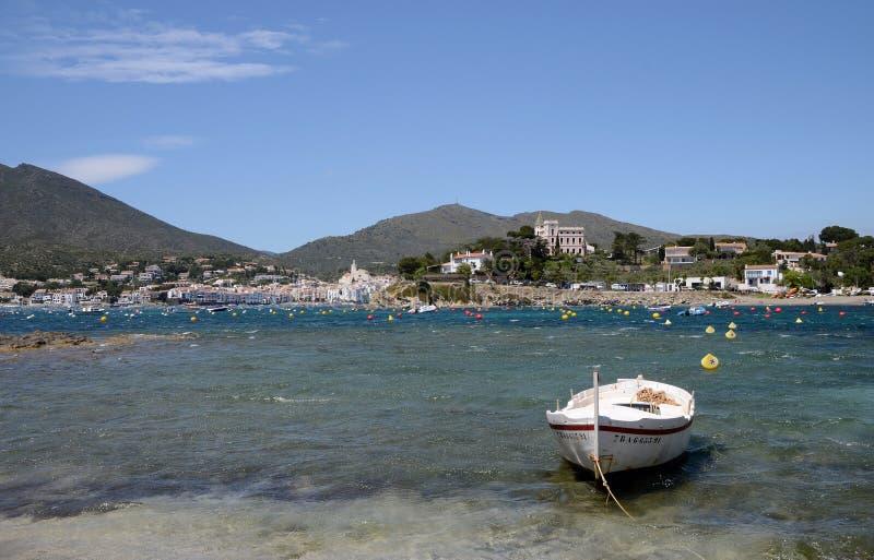Shorelinen av den Cadaques byn arkivfoto