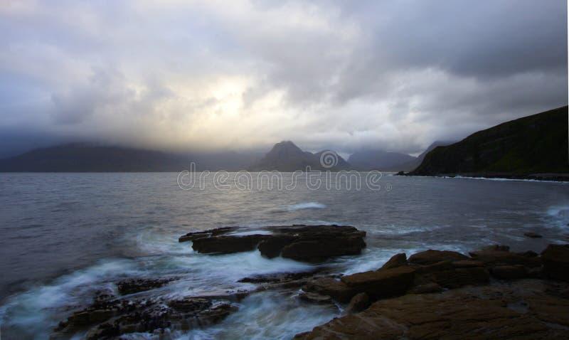 Shorline escocés en el crepúsculo por un día lluvioso imagenes de archivo