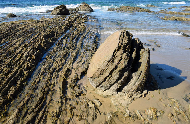 Shorline rocoso en Crystal Cove State Park, California meridional imagen de archivo