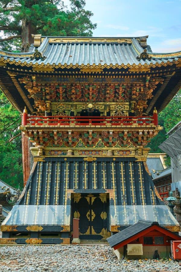 Shoro - en klockstapel framme av den Yomeimon porten av dengu relikskrin i Nikko, Japan arkivbild