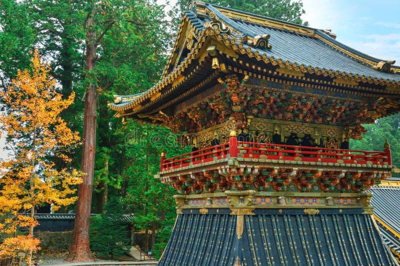 Shoro - en klockstapel framme av den Yomeimon porten av dengu relikskrin i Nikko, Japan royaltyfria bilder