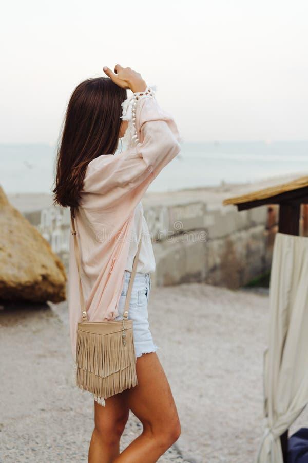 Short vestindo e revestimento da menina à moda nova imagens de stock royalty free