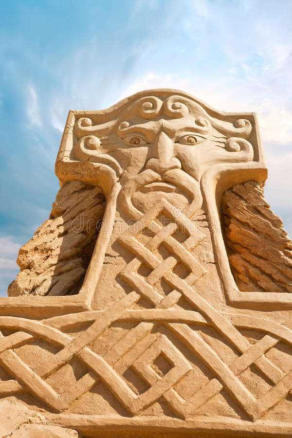 Shortlived skulptur från sand. Hammare av thoren royaltyfria bilder