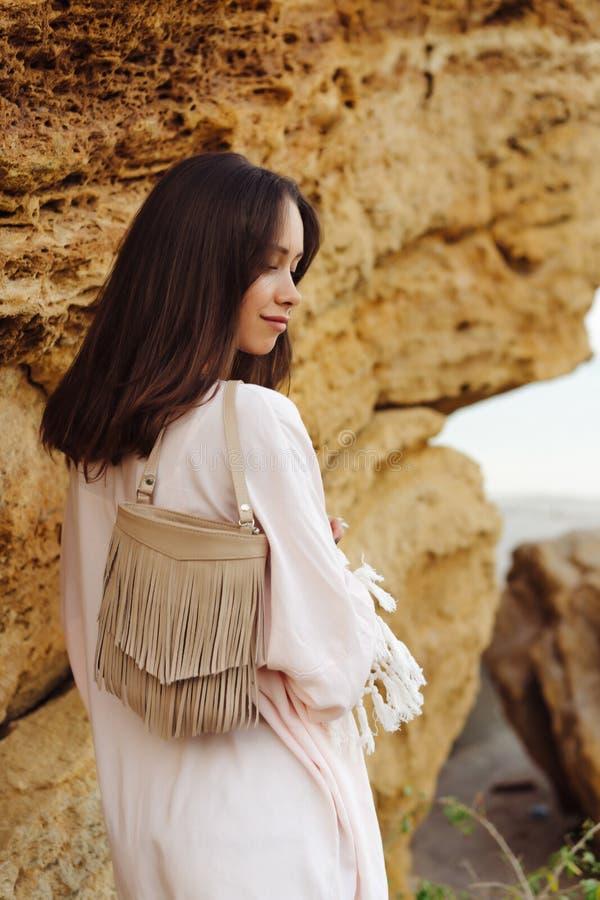 Shorts de port et veste de jeune fille élégante photos stock