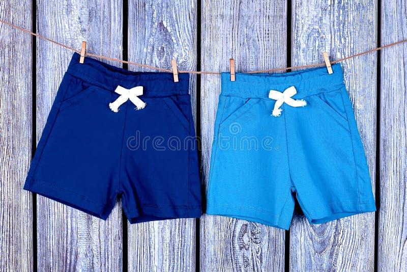 Shorts dei bambini che appendono sulla corda fotografia stock libera da diritti