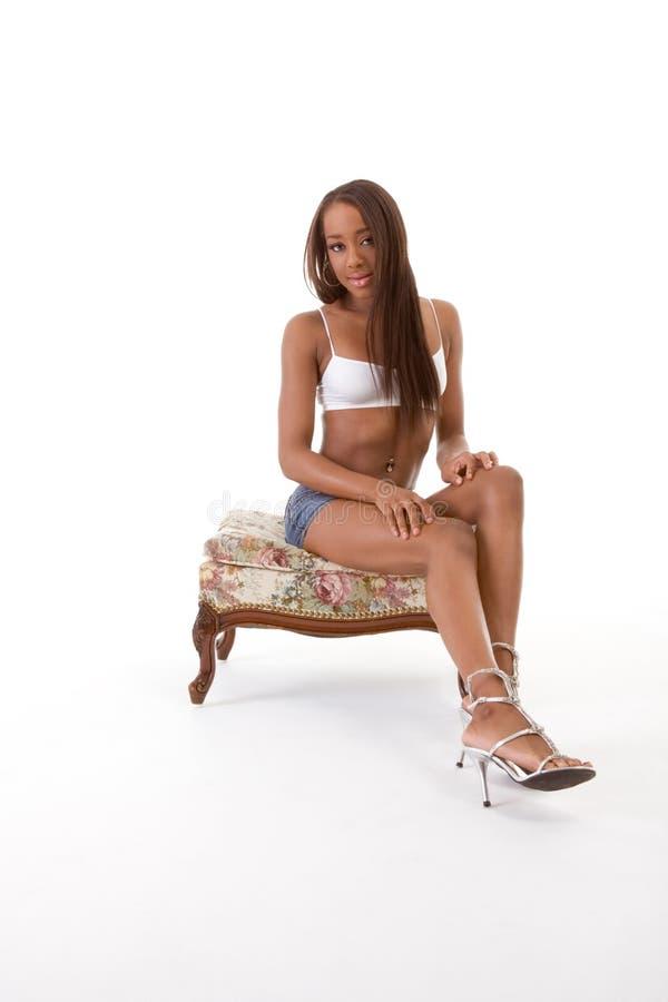 Shorts pretos étnicos da sarja de Nimes da mulher do African-American fotografia de stock royalty free