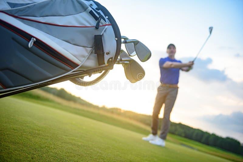 Shoting boll för golfspelare från kurs fotografering för bildbyråer