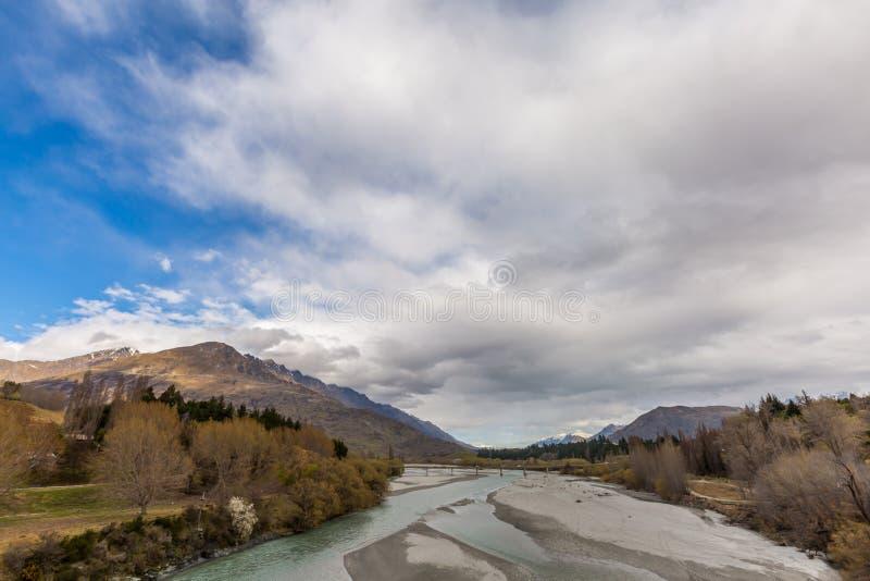 Shotover rzeka, Nowa Zelandia i chmurny tło, obraz royalty free