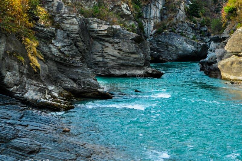 Shotover stråle/flod i Queenstown, södra Nya Zeeland arkivbilder