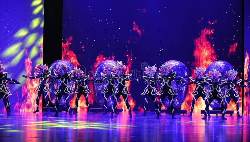  show†сценариев масштаба shamanic маски танц-большое  legend†дороги стоковая фотография
