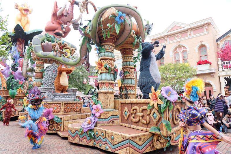 Show av de berömda tecknad filmteckenen av Walt Disney i en ståta på Hong Kong Disneyland royaltyfria foton