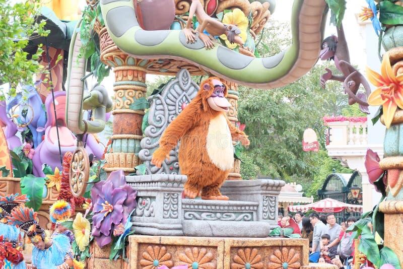 Show av de berömda tecknad filmteckenen av Walt Disney i en ståta på Hong Kong Disneyland royaltyfri foto