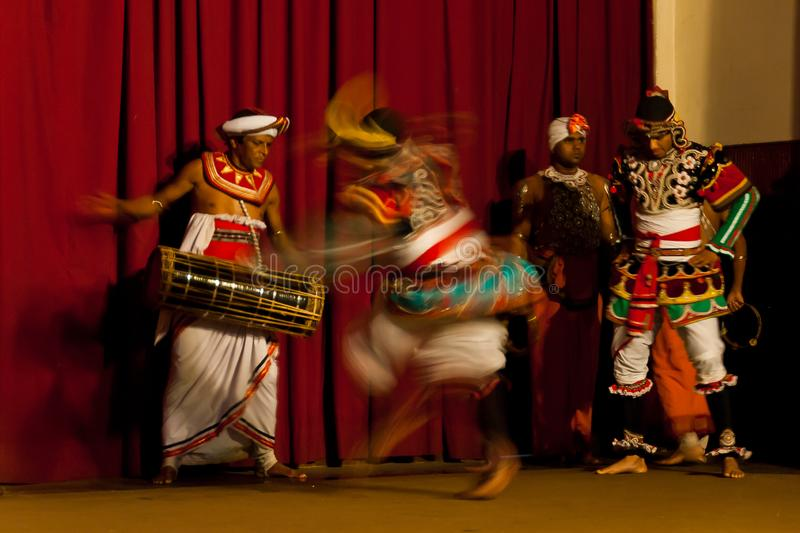 Show des traditionellen Tanzes am Y M B A Hall in Kandy, Sri Lanka lizenzfreie stockbilder