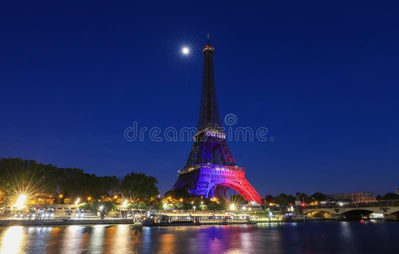 Show för Eiffeltornljuskapacitet för dess 130. födelsedag Det Eiffel tornet ?r den mest bes?k monumentet av Frankrike royaltyfria bilder