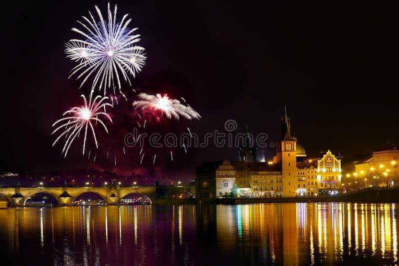 Show för himmel för fyrverkeriPrague natt royaltyfri bild