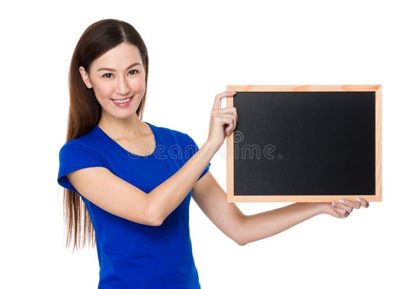 Show för ung kvinna med rengöring av den svart tavlan arkivbild