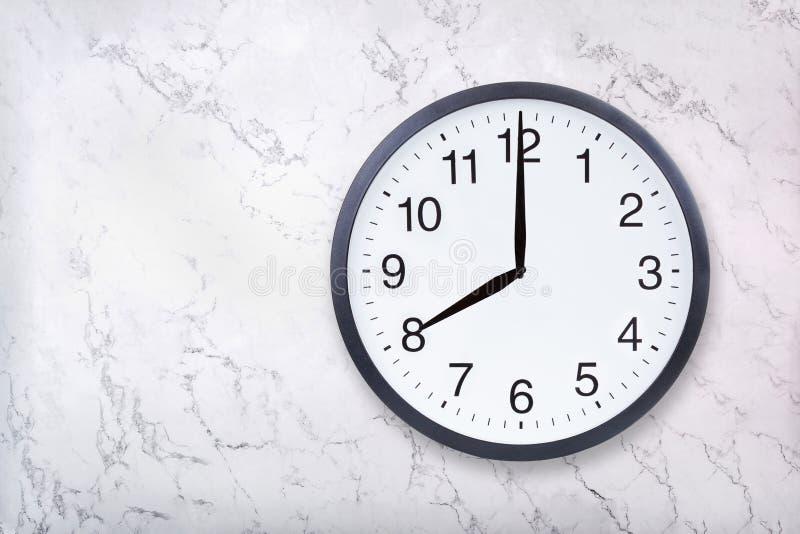 Show för väggklocka åtta klockan på vitmarmortextur Kontorsklockashow 8pm eller 8am royaltyfri fotografi
