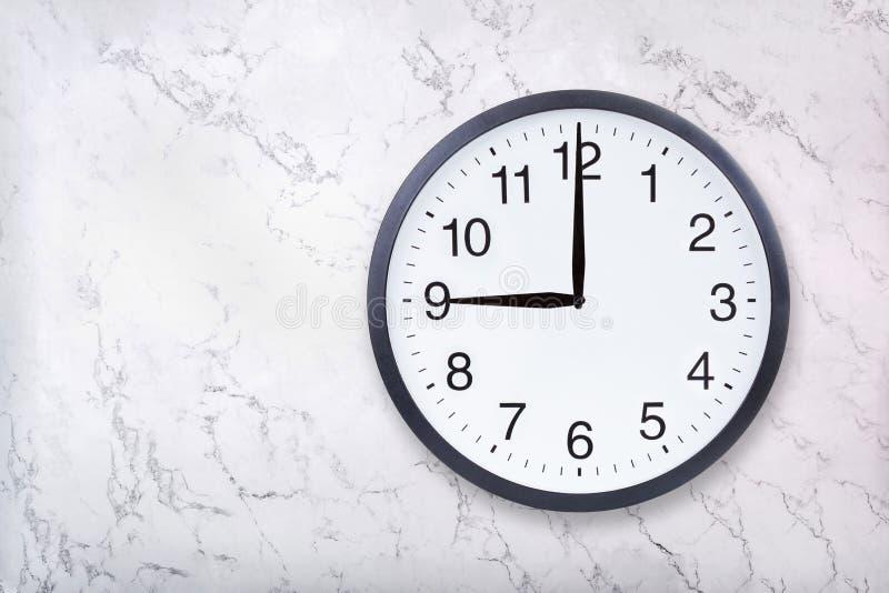 Show för väggklocka nio klockan på vitmarmortextur Kontorsklockashow 9pm eller 9am royaltyfri fotografi