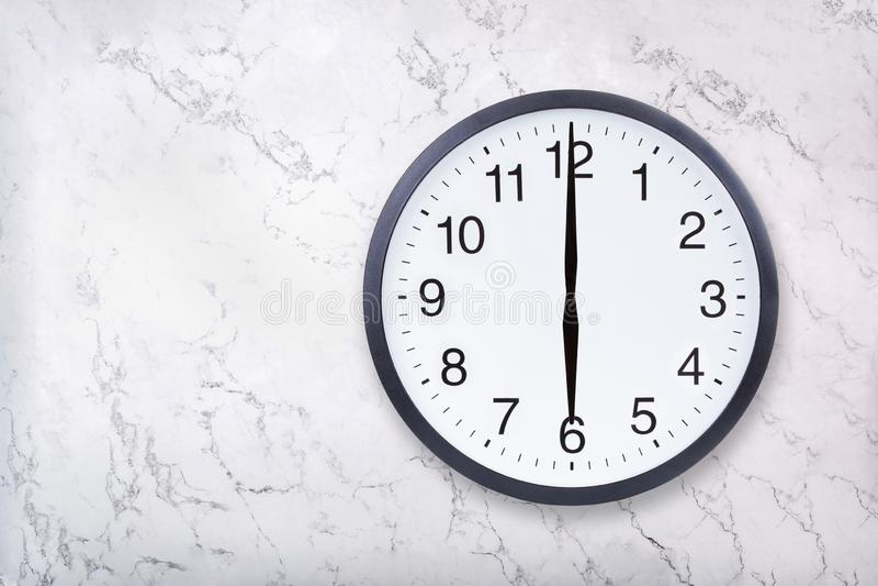 Show för väggklocka sex klockan på vitmarmortextur Kontorsklockashow 6pm eller 6am arkivbilder