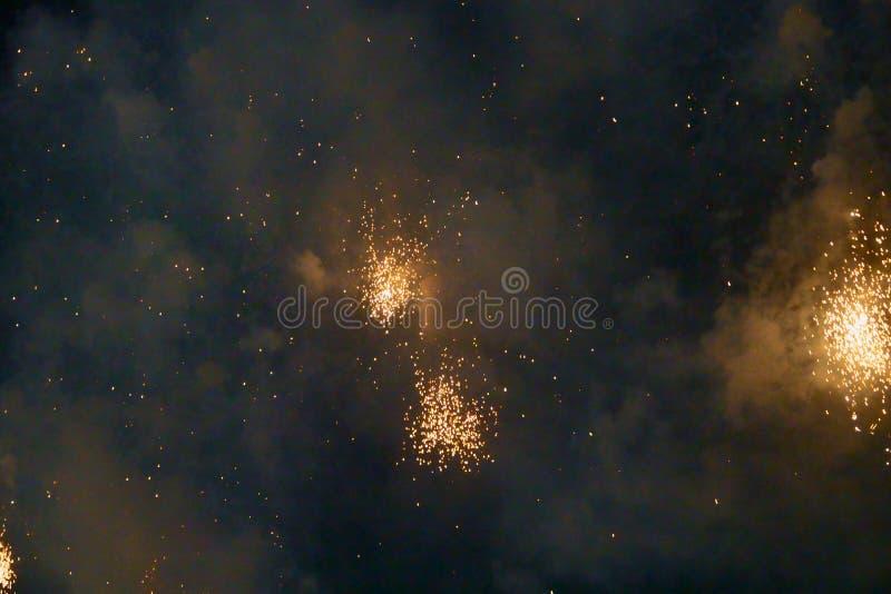 Show 2019 f?r festival f?r abstrakta oskarpa bakgrundsfyrverkerier internationell p? Pattaya Thailand arkivfoton