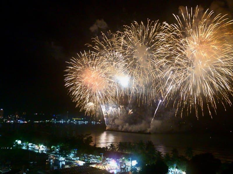 Show 2019 f?r festival f?r abstrakta oskarpa bakgrundsfyrverkerier internationell p? Pattaya Thailand royaltyfria bilder