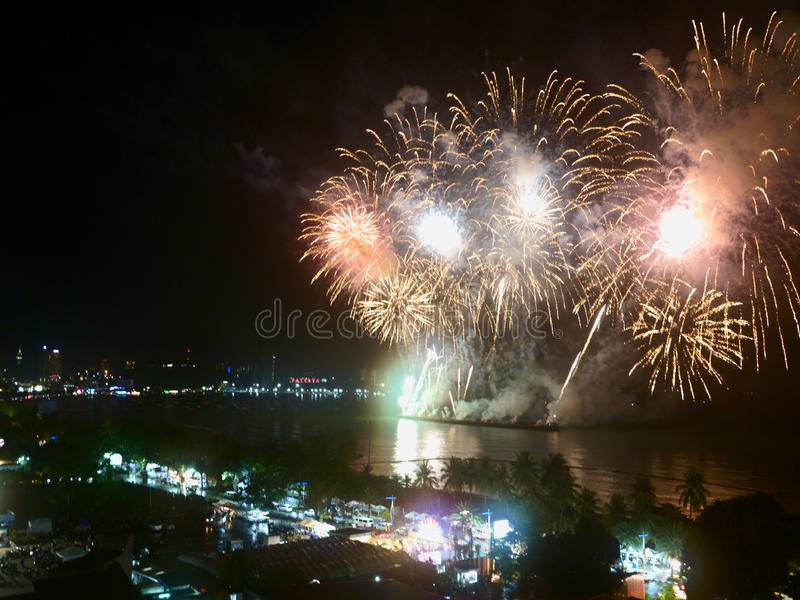Show 2019 f?r festival f?r abstrakta oskarpa bakgrundsfyrverkerier internationell p? Pattaya Thailand royaltyfri foto