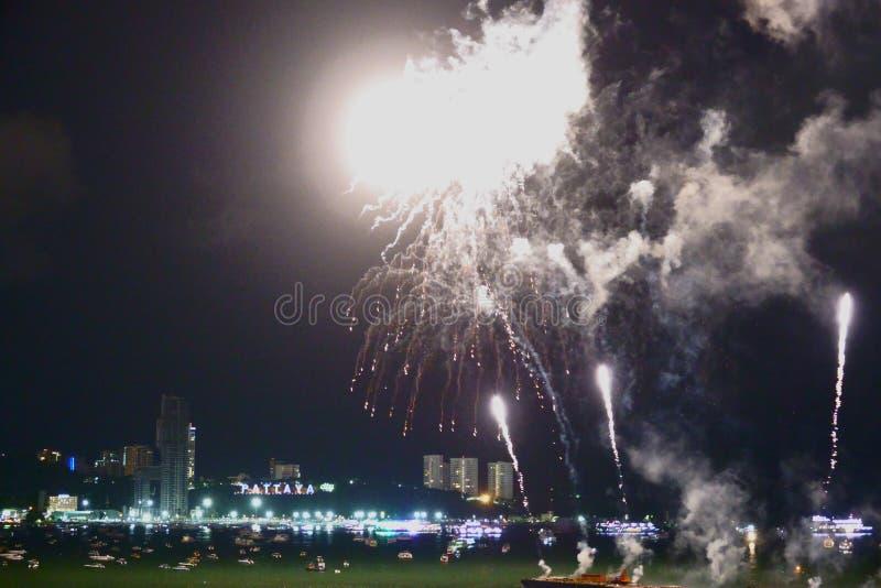 Show 2019 f?r festival f?r abstrakta oskarpa bakgrundsfyrverkerier internationell p? Pattaya Thailand fotografering för bildbyråer