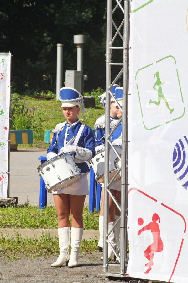 Show-groep van slagwerkers in sexy blauwe eenvormig van de Koninklijke lansieren stock foto