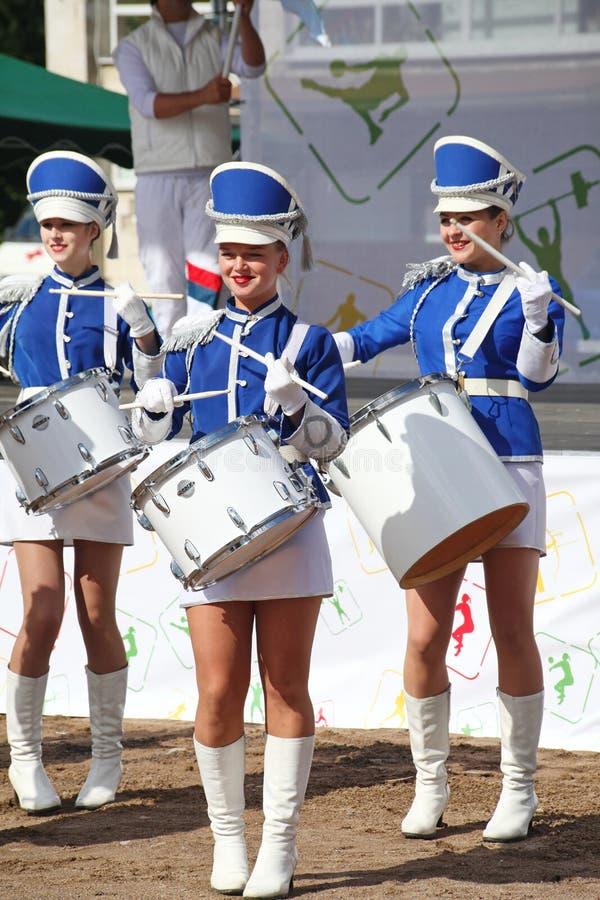 Show-Gruppe Schlagzeuger in der sexy blauen Uniform der königlichen Ulane stockfotografie