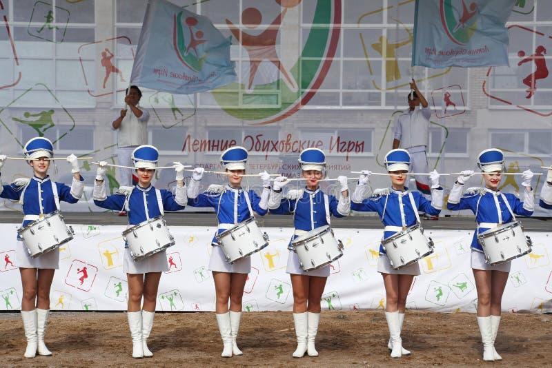 Show-Gruppe Schlagzeuger in der sexy blauen Uniform der königlichen Ulane stockfotos