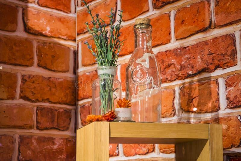 Show-venster in winkel van schoonheidsmiddelen op de achtergrond van rode bakstenen Op flessen van een de houten steunglas en vio stock afbeelding