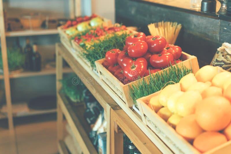 Showcase met groenten en microgreens stock afbeelding