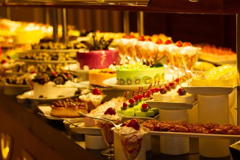Showcase met vele cakes, Turkse snoepjes royalty-vrije stock foto's