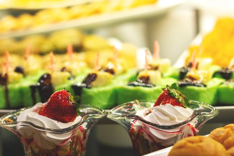 Showcase met vele cakes royalty-vrije stock afbeeldingen
