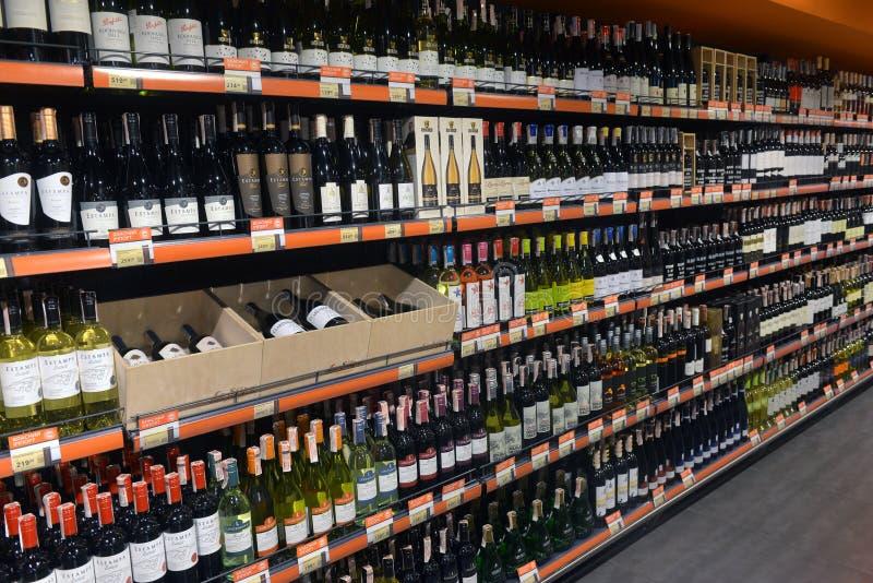 Showcase van alcoholische dranken in sup stock afbeelding