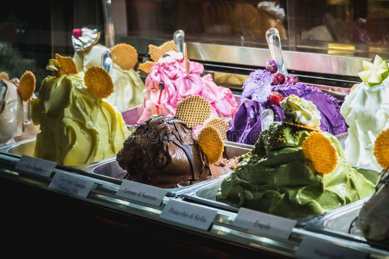 Showcase van een Italiaanse roomijswinkel in Milaan stock foto
