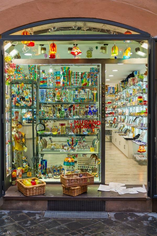 Showcase van een kleine winkel die Murano-glasproducten verkopen royalty-vrije stock foto