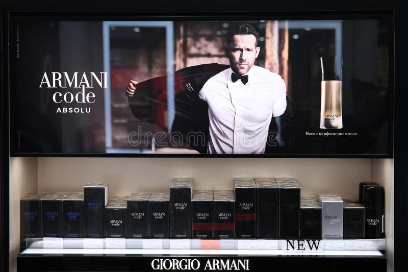 Showcaseparfum voor het adverterende bedrijf van Giorgio Armani van de mensencode met Ryan Reynolds moskou 20 03 2019 stock afbeelding