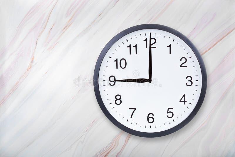 Showen för väggklockan nio klockan marmorerar på textur Kontorsklockashow 9pm eller 9am fotografering för bildbyråer