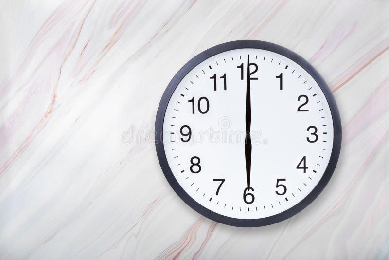 Showen för väggklockan sex klockan marmorerar på textur Kontorsklockashow 6pm eller 6am royaltyfri bild