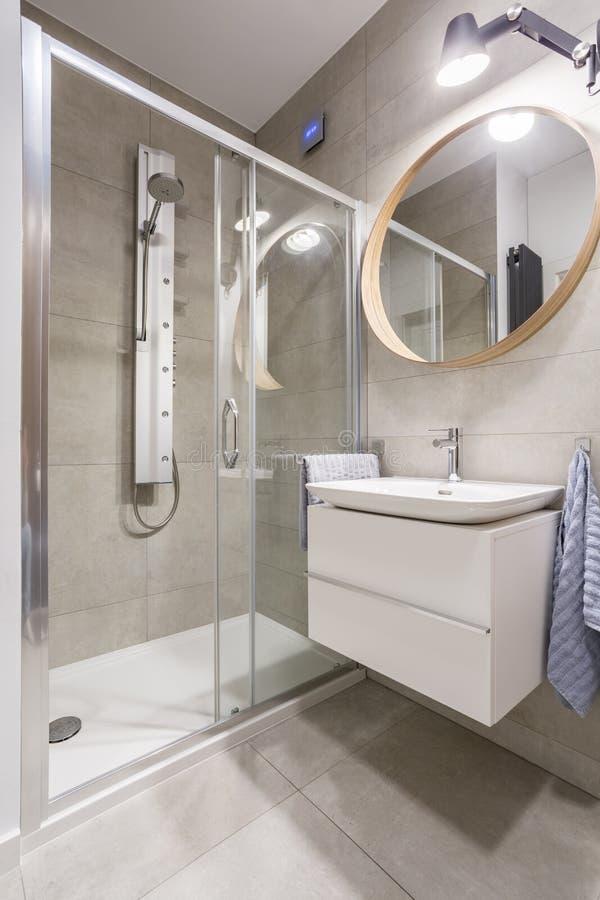 Showerstall trasparente in bagno fotografia stock libera da diritti