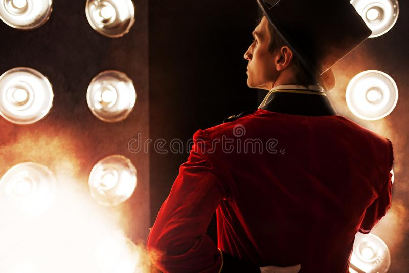 showman Anfitrião, apresentador ou ator masculino novo na fase imagens de stock